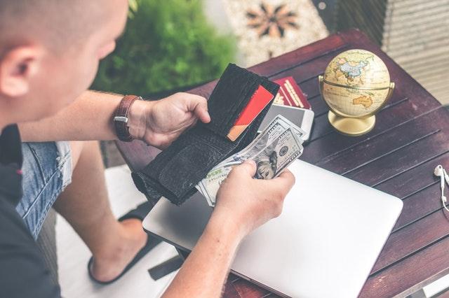 sčítání peněz v peněžence, glóbus.jpg