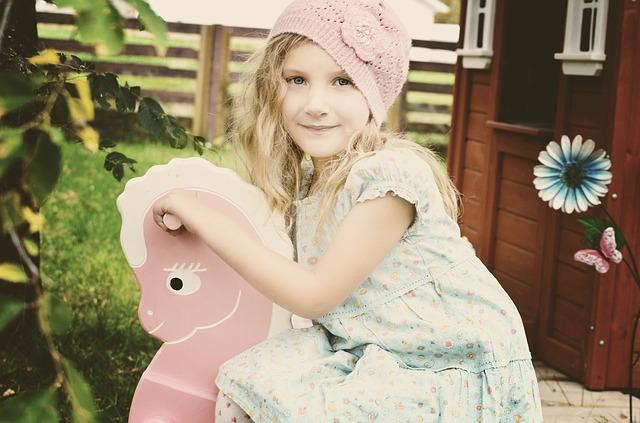 dívka na houpacím koni