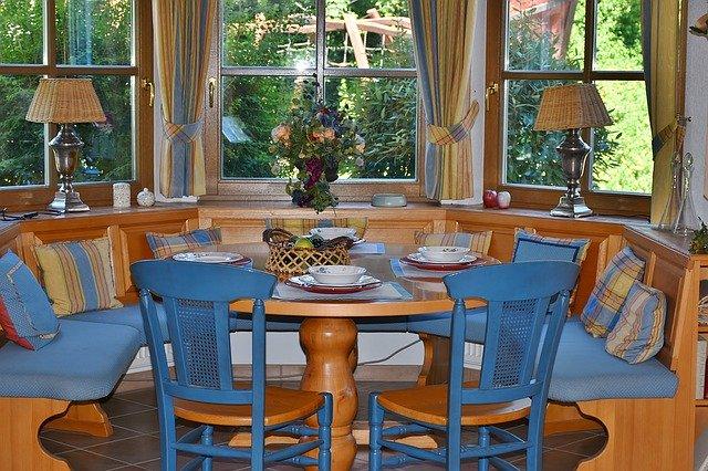 dřevěné židle mohou být i různě barevné