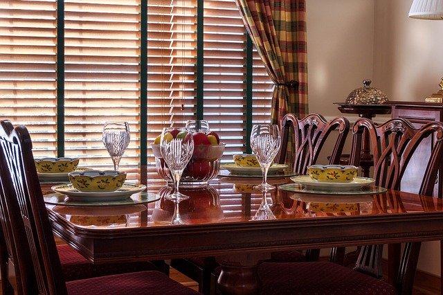 dřevěné jídelní židle dodají kuchyni na eleganci