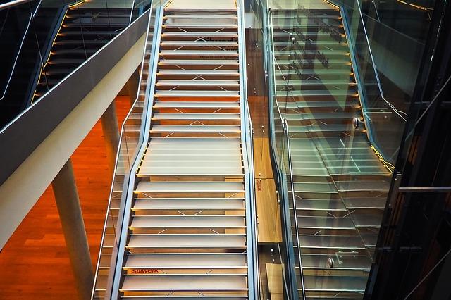 kovové schodiště se skleněným zábradlím