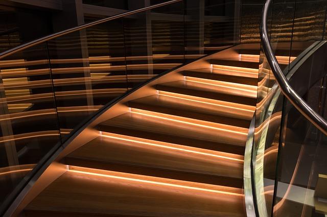 točité schodiště se skleněným zábradlím